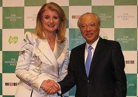 朝日新聞社の木村伊量社長(右)とザ・ハフィントン・ポストのアリアナ・ハフィントン編集長(左)