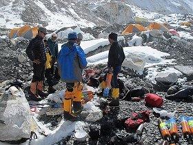 「エコヒマル」によるエベレスト第2キャンプでのゴミ回収作業準備の様子 (c) EcoHimal