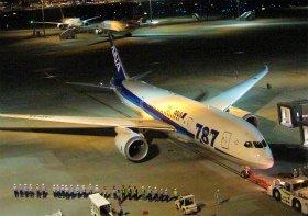 787運航再開初便を見送るANA関係者。6月1日未明、フランクフルトに向けて出発した