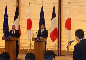 日仏首脳に質問する日本側記者(右)