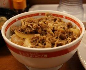 東京チカラめしが販売している「牛丼」。都内の店舗で2013年6月撮影