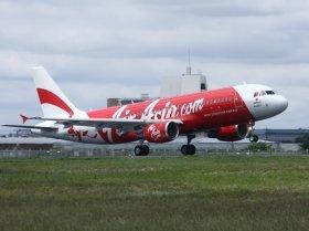 成田空港に着陸するエアアジア・ジャパン1号機。搭乗率の低迷が続いている