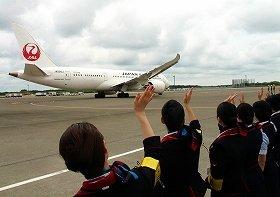 JALの客室乗務員らがヘルシンキ行き初便を見送った