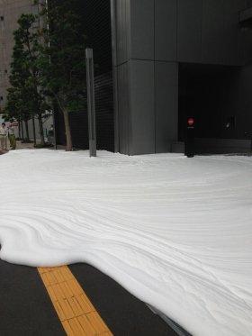 泡が道を覆っている様子(@nakadee氏提供)