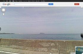 ドンキ裏からみた猿島(C)Google