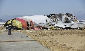 NTSBがツイッターで公開した事故現場の写真。機体が大破している