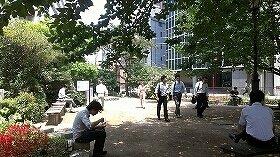 千代田区・四ツ谷駅前広場では、タバコを手に持った昼休み中のサラリーマンが何人か見受けられた(7月10日13時頃撮影)