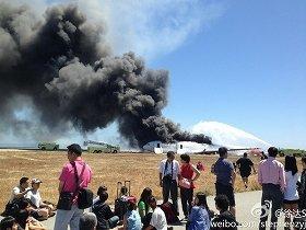 事故機に乗り合わせた企業幹部が微博で公開した写真。複数のキャリーバッグが持ち出されたことが分かる