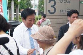 演説終了後、握手を求めて野田前首相の周りには人垣ができた