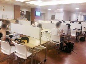 京大の生協食堂「ぼっち席」の様子。多くの学生たちがいるようだ(7月30日)