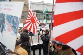 旭日旗は日本の「反韓デモ」などでも使われることがある(3月31日撮影)