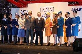 ANAは14年度からCAを正社員として採用する(写真は12年12月の歴代制服のファッションショー)