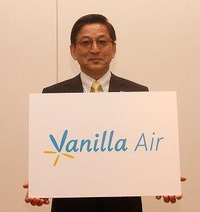 新ブランド「バニラ・エア」を発表するエアアジア・ジャパンの石井知祥(とものり)社長