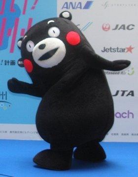 蒲島知事と台湾に出張するくまモン。中国語のFBでは「酷MA萌」と名乗っている