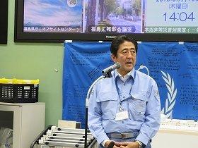 福島第1原発で関係者を激励する安倍晋三首相。廃炉要請の真意はどこにあるのか(東京電力提供)