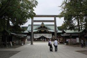 韓国人男性がトルエン入りのペットボトルを投げつけようとしたとされる拝殿(9月24日撮影)