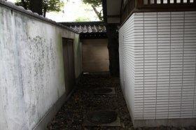 男が潜んでいたと見られる靖国神社南門周辺のトイレ裏
