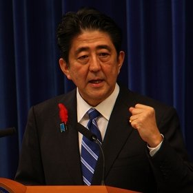 記者会見で消費税率引き上げを表明する安倍晋三首相