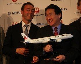 A350の模型を手にするエアバス社のファブリス・ブレジエ社長(左)とJALの植木義晴社長(右)