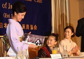 30年前の写真をプレゼントされて驚く小林綾子さん(左)。中央は「おしん」役の濱田ここねさん、右が「ふじ」役の上戸彩さん