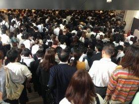 武蔵小杉駅構内の様子。長蛇の列が延々と続く