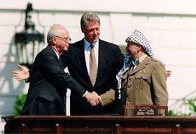 1993年、イスラエルとの和平合意を果たしたアラファト議長(右)(Wikimedia Commonsより)