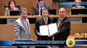 署名入り決議を持つミルピタス市長(右)と在米韓国大使(中央)