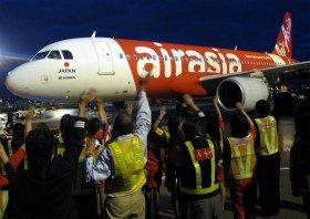 約50人の社員がエアアジアの成田発のラストフライトを見送った