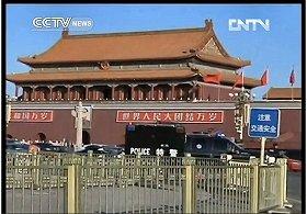 事故翌日の天安門の様子を伝えるCCTV