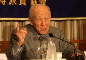 会見に臨む元毎日新聞記者の西山太吉氏