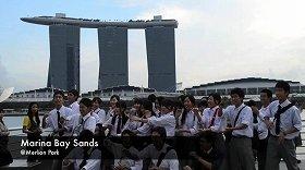 シンガポール版「恋チュン」動画の1場面。日本からの修学旅行生も出演している