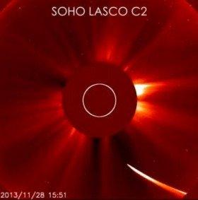 日本時間の2013年11月29日2時前に撮影されたアイソン彗星(写真右下)。この後太陽に最接近し、その姿が確認できなくなった。中央の丸い部分は、太陽の光をさえぎるための装置(NASA/SDO/ESA/SOHO/GSFC)