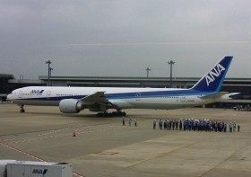 成田空港はアジアと北米を結ぶ「ハブ」と位置づけられている(写真は成田空港を出発するANA機)