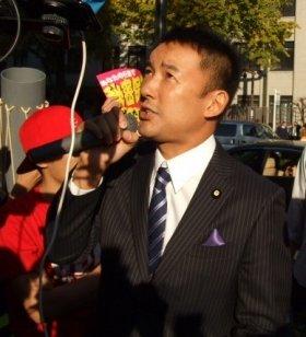 国会前のデモ活動には山本太郎参院議員もたびたび駆けつけ、審議の状況を参加者たちに報告していた(6日撮影)