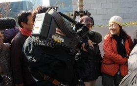 デモの現場では、テレビ各局の取材クルーの姿も目立つ(5日撮影)