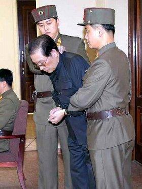 労働新聞が配信した写真。張氏に手錠がかけられているのが確認できる