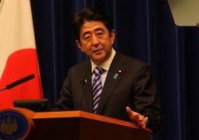 記者会見に臨む安倍晋三首相。壇上にはプロンプター(写真右上)も登場した