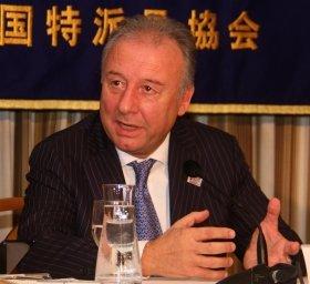 日本外国特派員協会で会見するザッケローニ監督