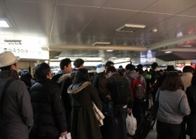 多数の乗客でごった返す東京駅(3日12時過ぎ撮影)