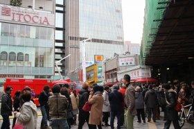 火災が発生したJR有楽町駅前。火災がひと段落してからも、多くの野次馬が集まっていた