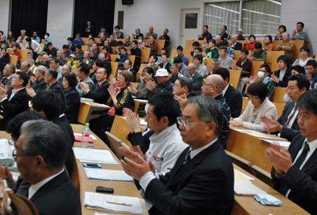 会場を埋めた参加者は復旧に向けた「決意宣言」を拍手で採択した