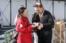 「全国から応援メッセージが届いてますよ」と岩手県釜石市の仮設住宅でまごころキャンペーンのチョコレートをお届け(2012年12月19日)