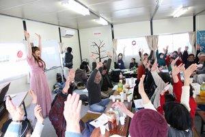 歌をうたって、身体もストレッチ。(2013年2月10日、福島県須賀川市きたかみ仮設住宅)