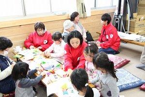「お姉ちゃん、教えてー」子どもたちと折り紙(2012年12月15日、福島県新地町がんご屋仮設住宅)