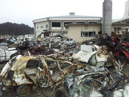 陸前高田市消防署。うしろに見えるのは陸前高田市市民体育館(2012年6月撮影)