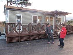 精神・知的障害のある方々が利用する山元町共同作業所(宮城県)は、AARが支援したトレーラーハウスを使って「カフェ地球村」をオープン(2012年12月6日)