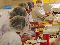 AARが被災した施設の修繕支援を行った社会福祉法人洗心会「夢の森 ワークショップひまわり」(宮城県気仙沼市)の利用者の皆さん。手作りのお菓子はどれも美味しいと評判です
