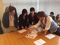 実際に作業をする施設の職員も参加し、障害のある方が「作れるかどうか」をじっくり検討しました。左から、「一寿園」の棟方義久さん、「パルいずみ」の水落美紀さん、伊藤敏江さん、「みやぎセルプ協働受注センター」の武井博道さん(2013年3月13日)