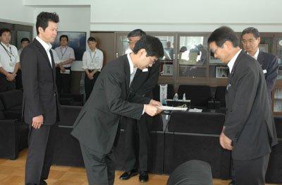 大槌町の碇川豊町長(右端)は7月1日付で赴任した4人の応援職員に辞令を手渡した=7月1日、大槌町役場町長室