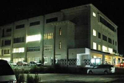 町役場は深夜になっても明りが灯っている部屋が多い=7月1日午後10時30分